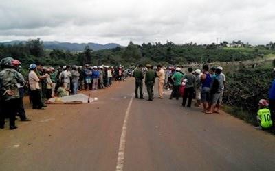 Rất đông người dân hiếu kỳ tập trung tại hiện trường xảy ra vụ tai nạn giao thông