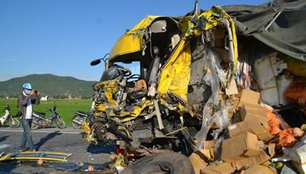 Đầu xe tải biến dạng sau vụ tai nạn giao thông