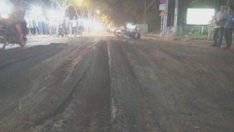 Mặt đường nơi xảy ra tai nạn giao thông chết người có nhiều hố sâu và lằn rãnh, gây nguy hiểm cho xe cộ qua lại