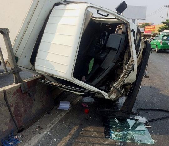 Vụ tai nạn giao thông khiến xe tải lật nghiêng trên dải phân cách