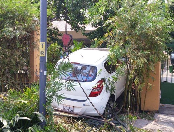 Chiếc xe 4 chỗ bị tai nạn giao thông trong khuôn viên Chi cục kiểm tra sau thông quan