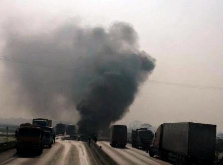 Chiếc xe tải bốc cháy ngùn ngụt ngay tại hiện trường vụ tai nạn giao thông