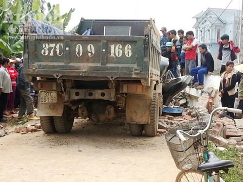Hiện trường vụ tai nạn giao thông nơi xe tải kéo đổ cổng làng khiến lái xe tử vong