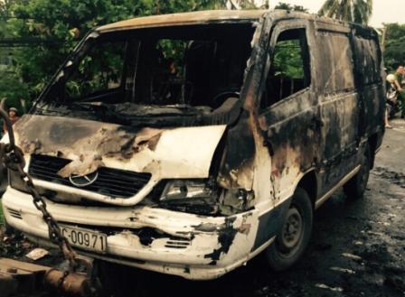 Chiếc xe bán tải bốc cháy dữ dội sau tai nạn giao thông liên hoàn ở Tiền Giang