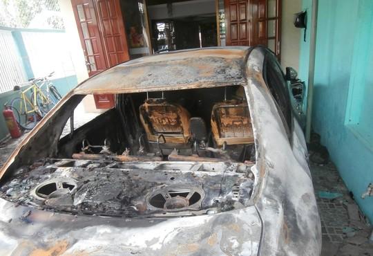 Bản tin tai nạn giao thông: Chiếc xe cháy trơ khung không rõ nguyên nhân