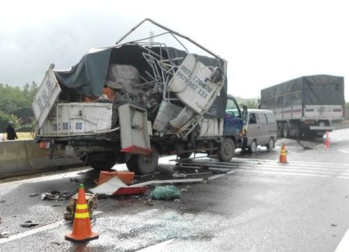 Xe tải hư hỏng nặng sau tai nạn giao thông