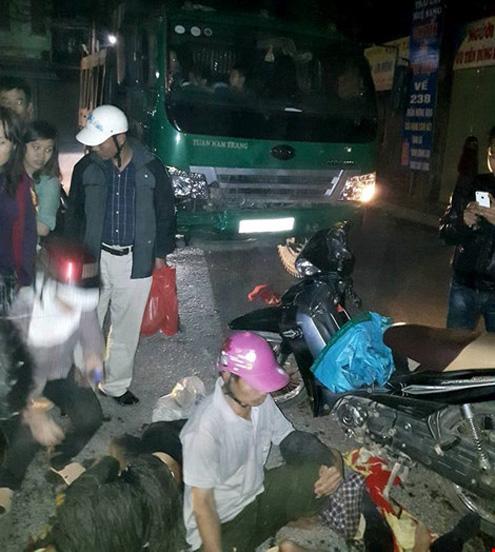 Hiện trường vụ tai nạn giao thông giữa xe máy và xe tải tại ngã tư gốc Gạo Đôi (Hà Nam)