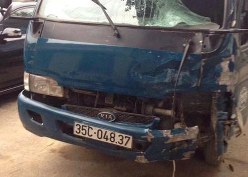 Phần va chạm để lại trên phần đầu xe tải sau vụ tai nạn giao thông thảm khốc