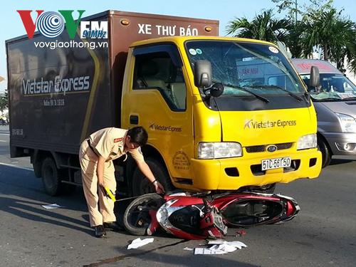 Xe máy của nạn nhân bị kẹt dưới gầm, hư hỏng sau vụ tai nạn giao thông kinh hoàng