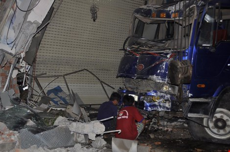 Tường nhà vụn nát tại hiện trường vụ tai nạn giao thông xe tải lao vào nhà dân
