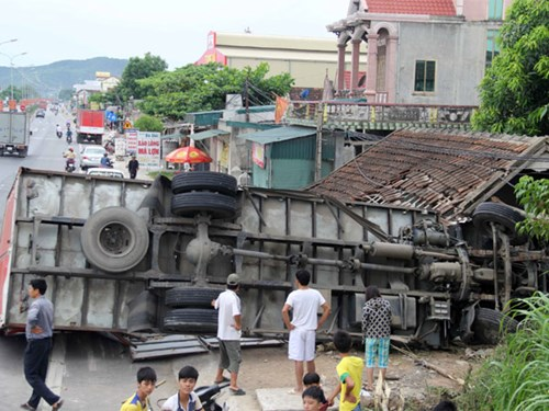 Rất may không có ai bị thương trong vụ tai nạn giao thông xe tải mất lái tông sập nhà dân