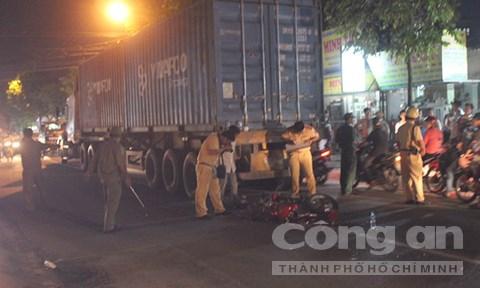 Lực lượng CSGT khám nghiệm hiện trường vụ tai nạn giao thông