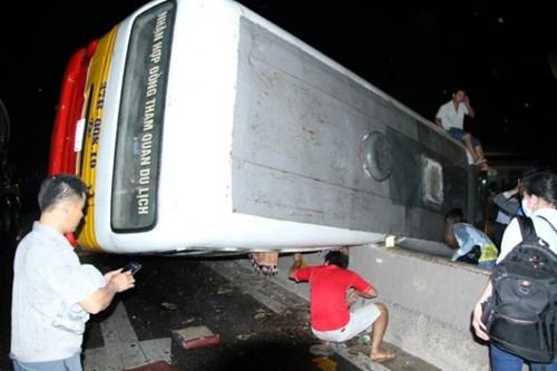 Vụ tai nạn giao thông bất ngờ khiến 20 hành khách trên xe được phen hú vía