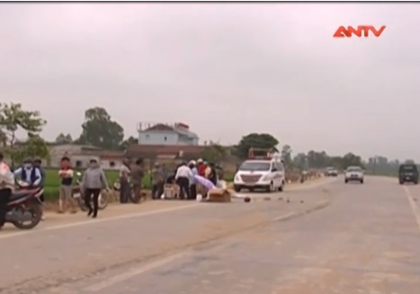 Hiện trường vụ va chạm giữa xe mô tô và xe đạp khiến một người thiệt mạng ở Nghệ An