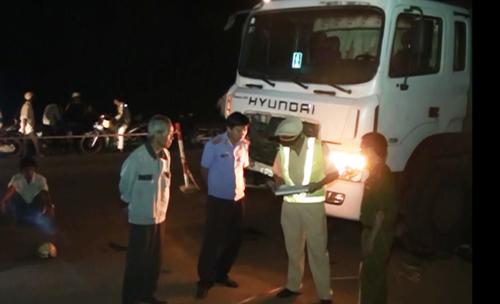 Hiện trường vụ tai nạn giao thông giữa xe máy và xe chở xăng khiến 2 thanh niên chết tại chỗ ở Bình Phước