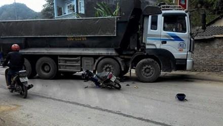 Hiện trường vụ tai nạn xe máy đấu đầu ô tô khiến 1 người bị thương nặng ở Cao Bằng
