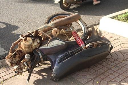 Chiếc xe máy bị gãy đôi sau vụ tai nạn giao thông