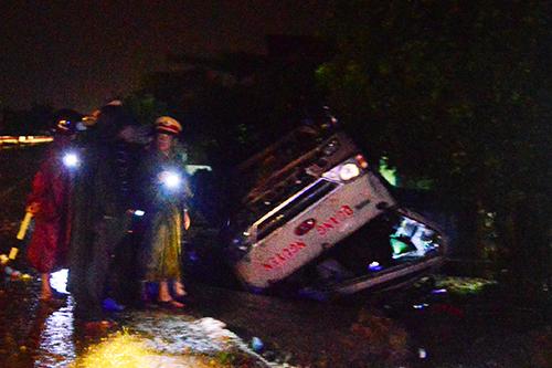 Vụ tai nạn giao thông khiến chiếc xe khách bị lật ngửa khi vào khúc cua