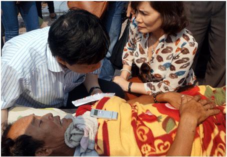 Đoàn công tác của Thành ủy Hà Nội tham hỏi ngư dân gặp nạn.
