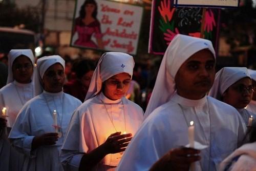 Những người biểu tình cầu nguyện cho nữ tu sĩ bị cưỡng bức ở Ấn Độ