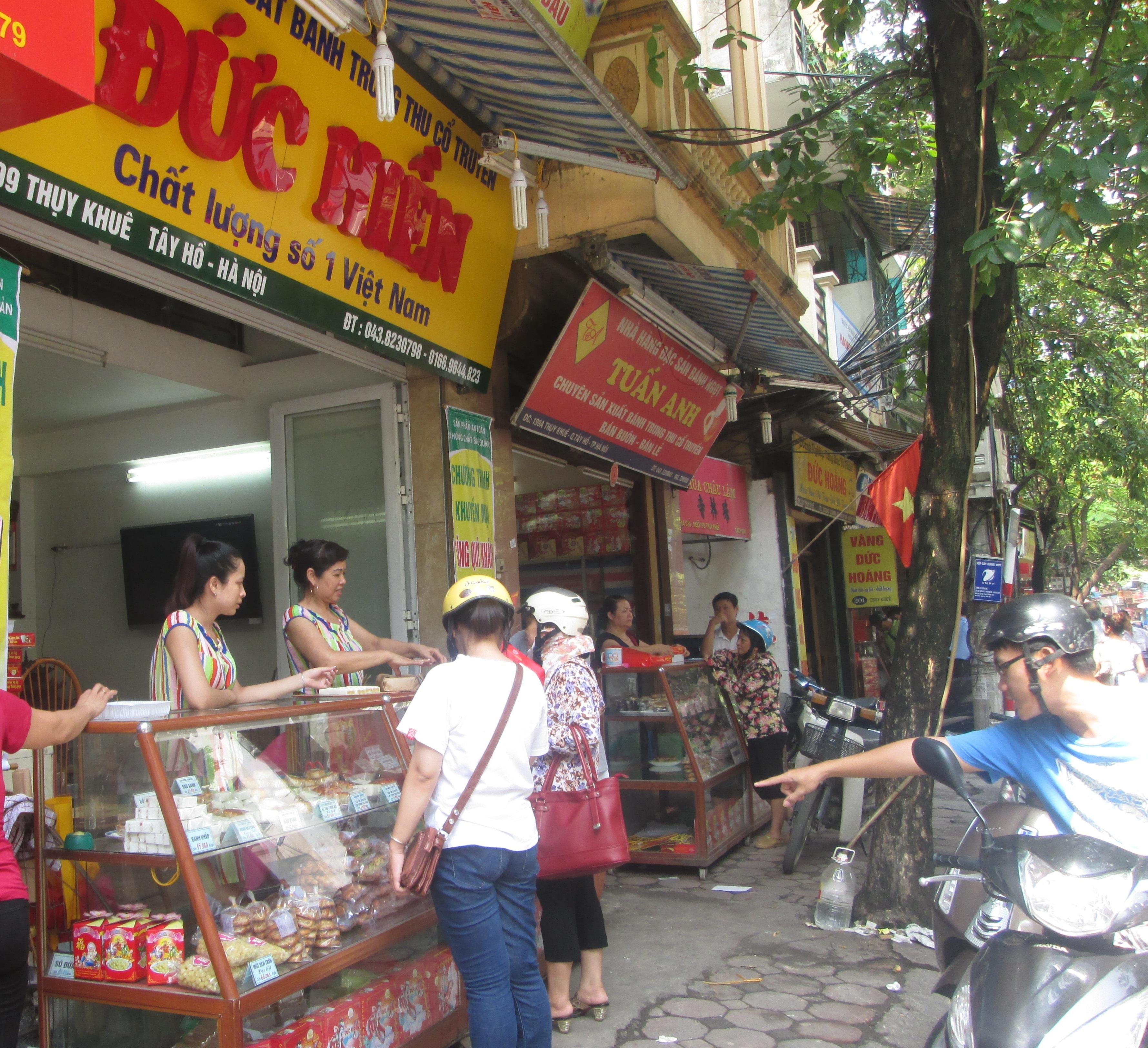 Chớm mùa bánh trung thu nhưng các cửa hàng bánh trung thu truyền thống trên phố Thụy Khuê đã tấp nập người mua bán. Bất chấp trời mưa hay trời nắng, lúc các cửa hàng này bán là đông ngịt người mua