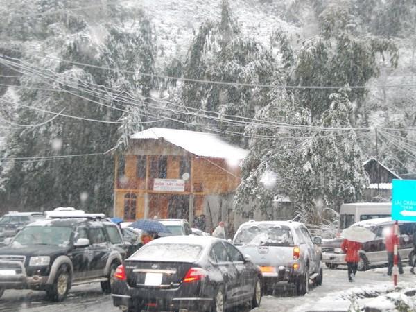 Quốc lộ 4D đoạn từ Sa Pa đi Lai Châu giao thông bị tê liệt vì mưa tuyết