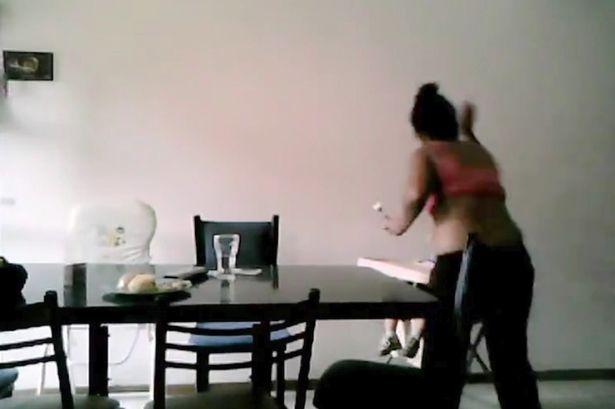 Đoạn Clip ghi lại cảnh bảo mẫu đánh đập và giành đồ ăn với trẻ được một bà mẹ ghi lại