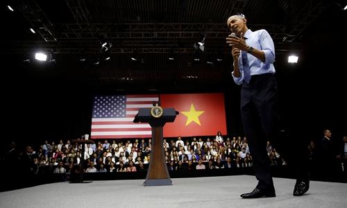 Ông Obama trong buổi tọa đàm tại TP. Hồ Chí Minh. Ảnh: Reuters