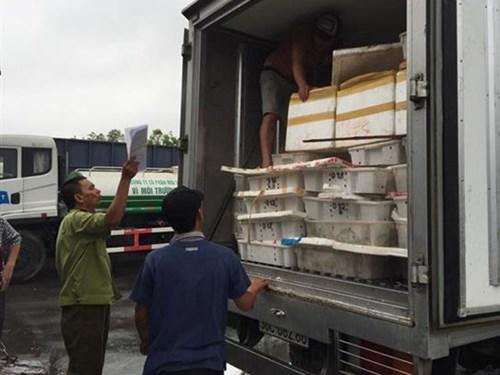 Lực lượng chức năng kiểm tra chiếc xe tải chở số lượng hải sản đang bốc mùi hôi thối trên đường tra Hà Nội tiêu thụ