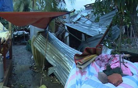 Người dân che chắn ở tạm sau khi nhà bị giông lốc làm tốc mái