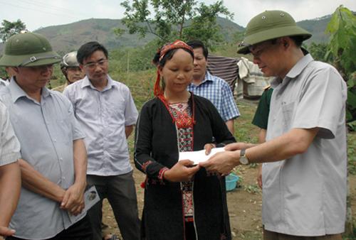 Phó chủ tịch tỉnh Yên Bái trao tiền hỗ trợ cho gia đình người dân bị thiệt hại bởi giống lớn và lốc xoáy