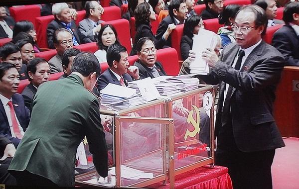 Tại mỗi điểm bỏ phiếu có 2 thùng phiếu sát nhau, trong đó 1 thùng dành cho phiếu bầu ủy viên Trung ương chính thức và 1 thùng phiếu dành cho phiếu bầu ủy viên Trung ương dự khuyết.