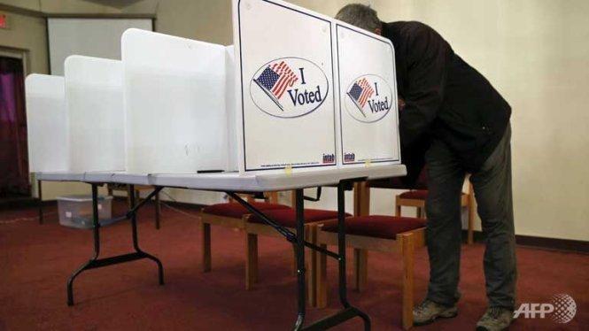 Clinton, Trump tìm chiến thắng lớn trong 5 cuộc bầu cử sơ bộ