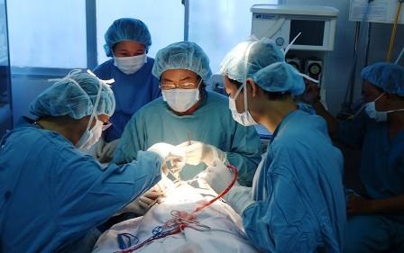 Tai nạn hy hữu khiến bé gái 9 tuổi bị cọc đâm rách âm đạo xuyên đến trực tràng
