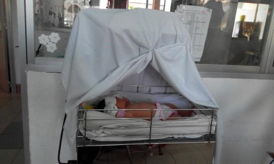 Bé sơ sinh bị bỏ rơi trong tình trạng còn nguyên dây rốn, thể trạng yếu