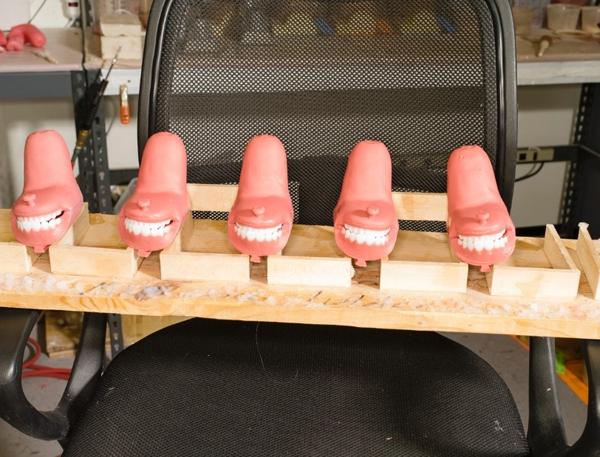 Khuôn miệng và hàm búp bê được bày bên trong nhà máy.