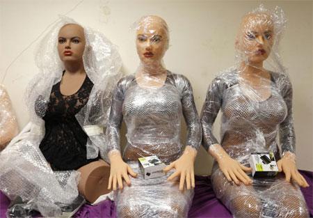 Những con búp bê tình dục bằng silicon đã hoàn thiện trong xưởng sản xuất mang tên Dreamdoll ở Duppigheim, Pháp.