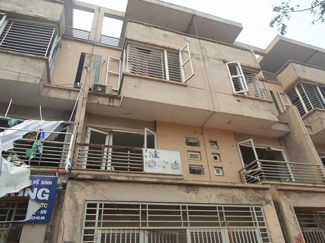 Vụ nổ khiến các căn hộ từ số 8 đến số 27 TT9 và số 75 đến 95 TT20 ở Khu Đô thị Văn Phú (Hà Đông) bị sụt nứt, hư hỏng