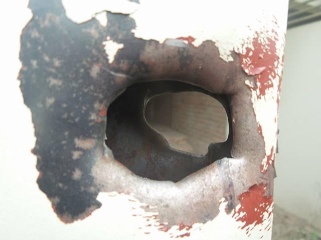 Mảnh kim loại vẫn còn găm sâu bên trong thân cánh cửa sắt
