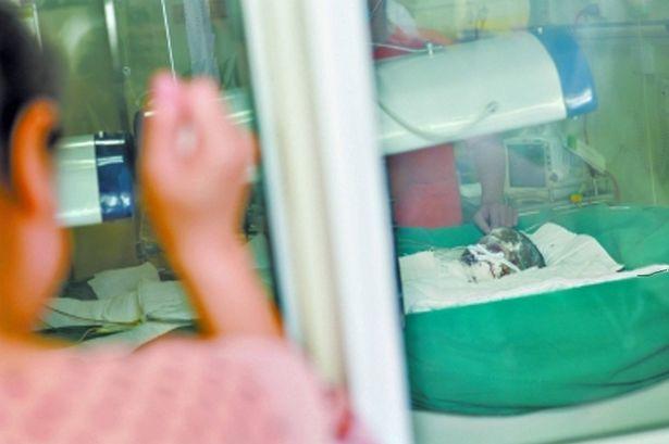 Bé Ma Jie, 7 tuổi được chuẩn đoán mắc chứng bệnh lạ khiến da trên cơ thể bị bong tróc toàn bộ. Ảnh Mirror