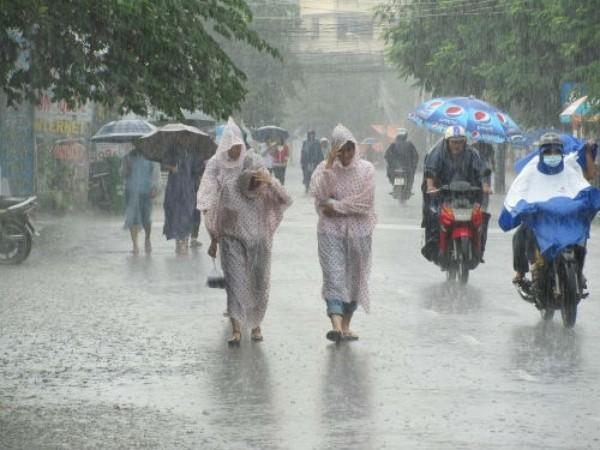 Trong mùa mưa bão, lũ, người dân phải đối diện với bệnh viêm da  do ảnh hưởng môi trường sống