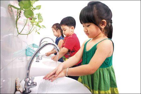 Giữ vệ sinh sạch sẽ cho trẻ để tránh bệnh khi thời tiết chuyển mùa
