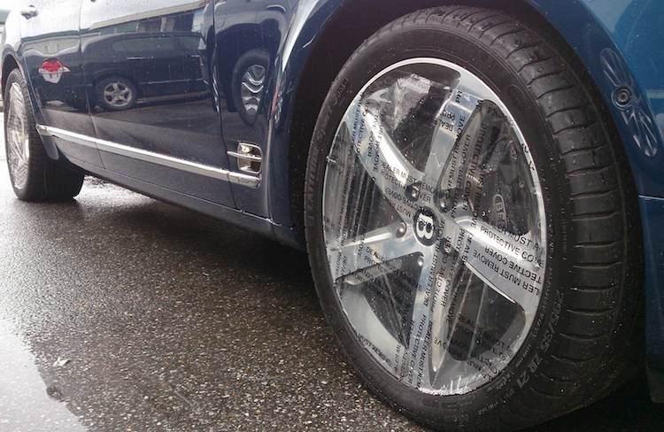 Nhìn từ hai bên thân xe, chi tiết rõ rệt nhất để có thể nhận ra Mulsanne Speed là bộ mâm mới bằng nhôm nguyên khối với kích thước 21 inch.