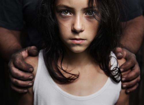 Kenneth Harrison bị tòa án địa phương khởi tố vì quấy rối trẻ em bằng búp bê tình dục