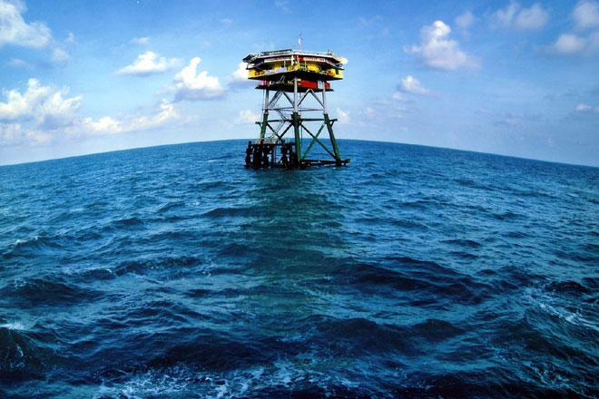 Nhà giàn DK1/10 đã sơ cứu cho ngư dân Việt Nam gặp nạn do bị cướp biển tấn công trên Biển Đông
