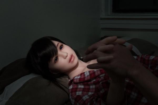 Với nhân vật trong bộ ảnh của nhiếp ảnh gia Hàn Quốc, búp bê tình dục không còn là món đồ vô tri mà đã trở thành một con người thật sự.