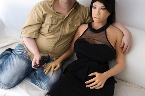 Dirk nghĩ rằng cô vợ búp bê của mình là một linh hồn sống và có thể đáp lại tình yêu của mình.