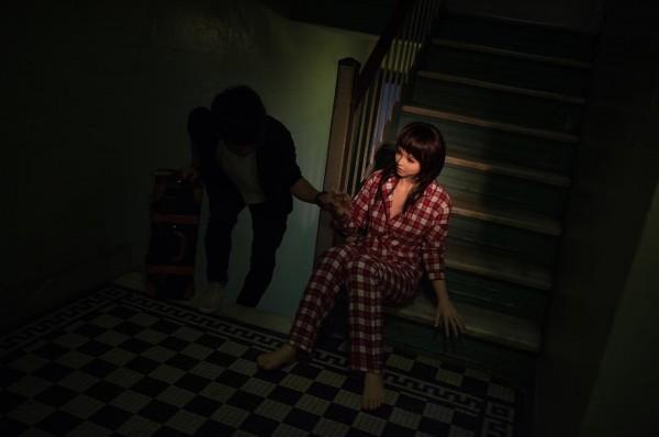 Hình ảnh búp bê tình dục trong bộ đồ ngủ như một người vợ đang chờ chồng đi làm về.