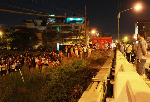 Rất đông người dân hiếu kỳ đứng xem vụ việc đôi tình nhân nhảy sông tự sát