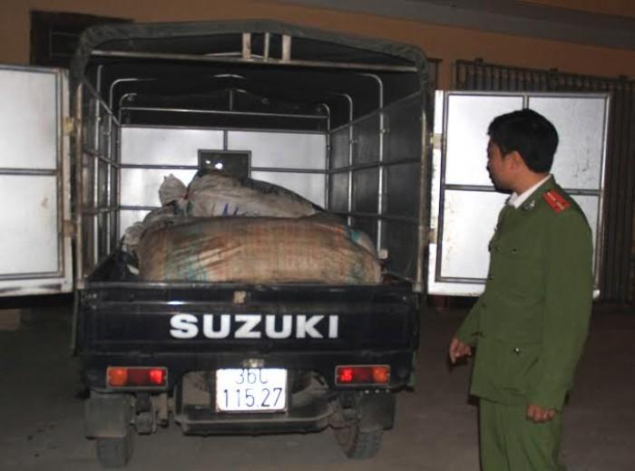 1 tấn bì lợn thối trên xe tải
